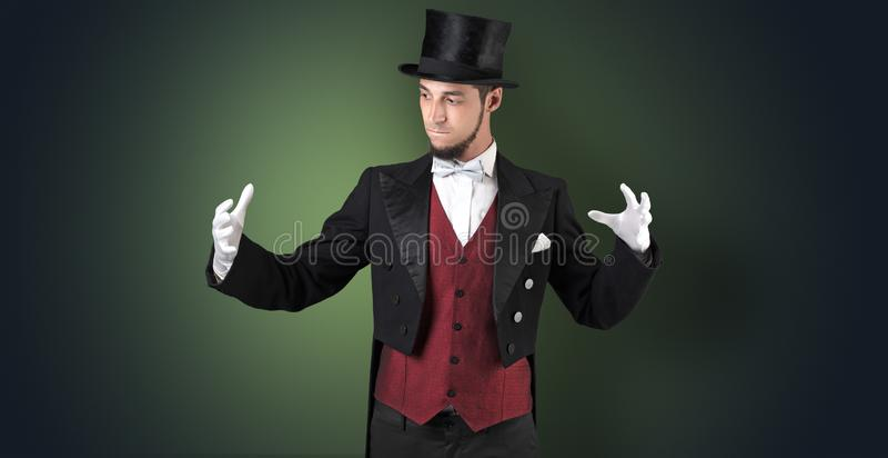 O mágico mantém algo invisível fotografia de stock royalty free