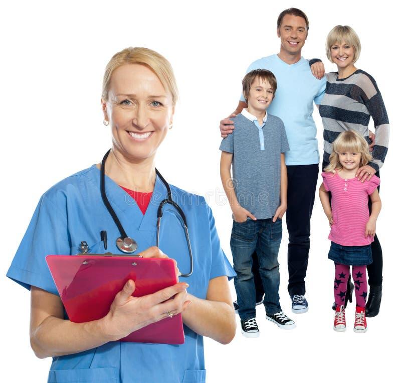 O médico de família mantém-no seguro e de boa imagens de stock royalty free