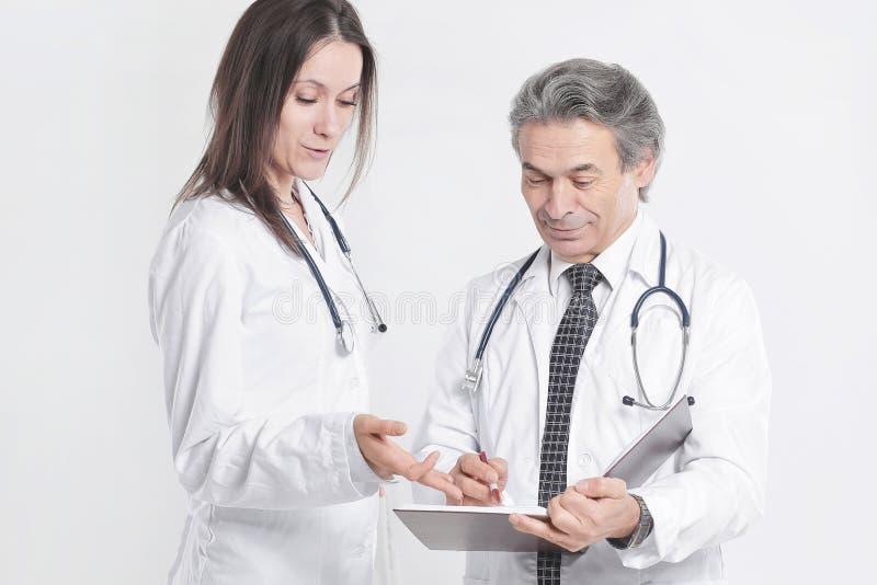 O médico dois discute o diagnóstico do paciente Isolado no fundo branco fotos de stock royalty free