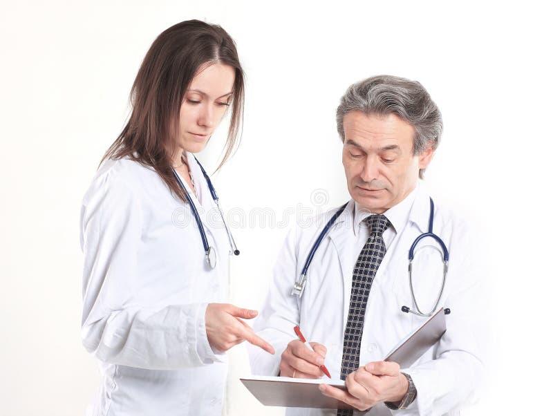 O médico dois discute o diagnóstico do paciente Isolado no fundo branco fotos de stock