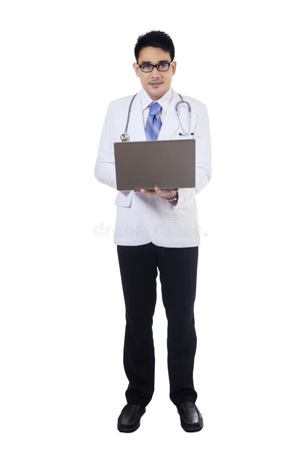 O médico usa o portátil no estúdio fotografia de stock royalty free