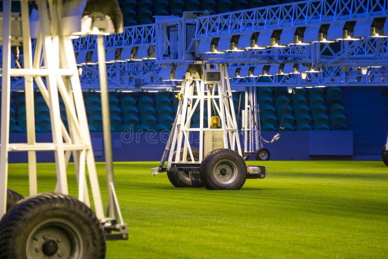 O móbil cresce o sistema de iluminação no estádio dos esportes na noite fotografia de stock royalty free