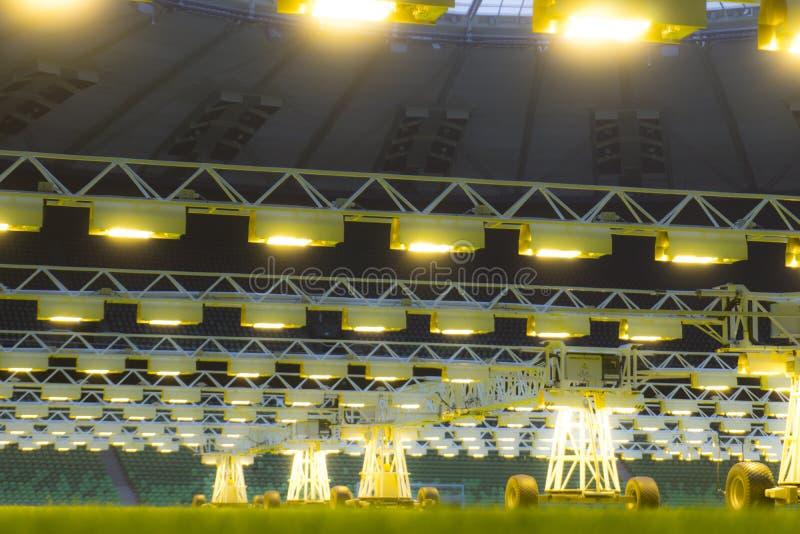 O móbil cresce o sistema de iluminação no estádio dos esportes na noite fotos de stock royalty free