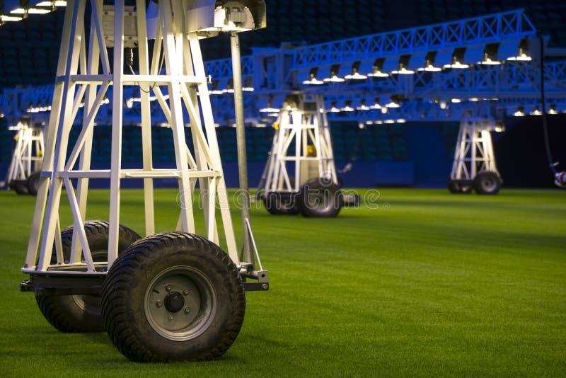 O móbil cresce o sistema de iluminação no estádio dos esportes na noite imagem de stock
