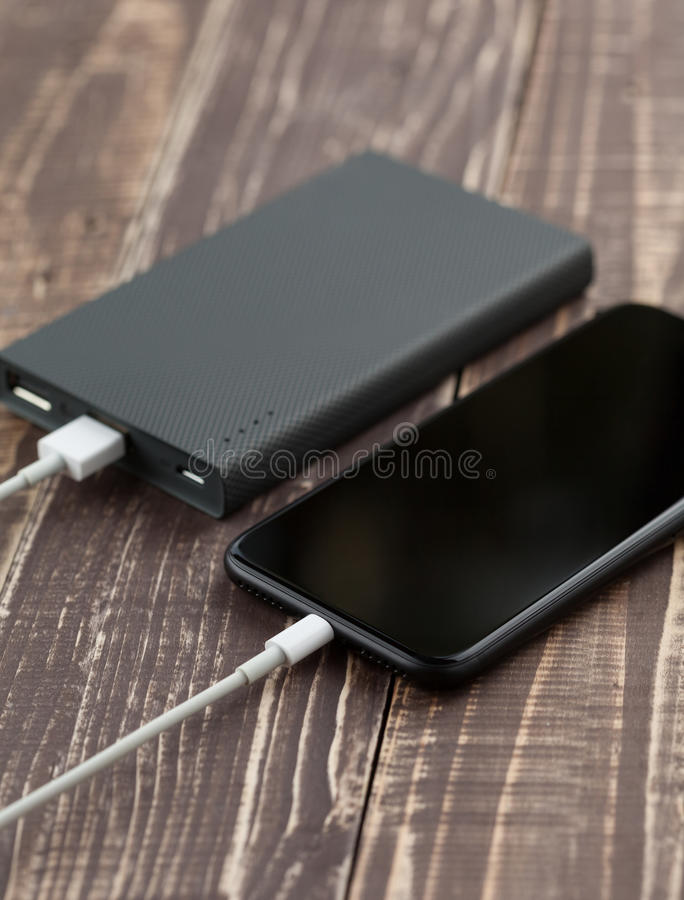 O móbil do telefone conecta à opinião lateral das reservas da bateria fotografia de stock