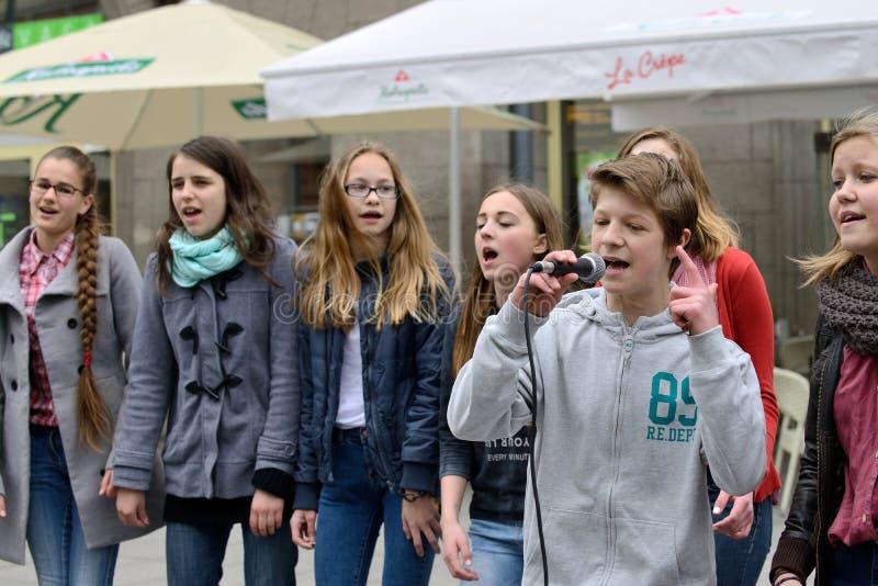 O músico canta e dança imagem de stock royalty free