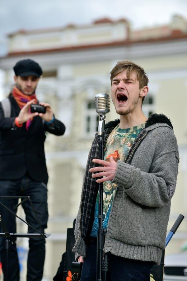 O músico canta na rua foto de stock royalty free