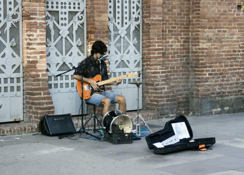 O músico da rua joga a guitarra elétrica, canta e recolhe a esmola fotos de stock royalty free