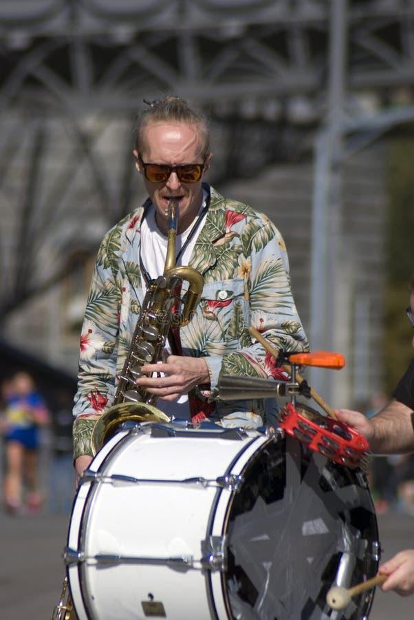 O músico da rua joga a música Foto a cores foto de stock