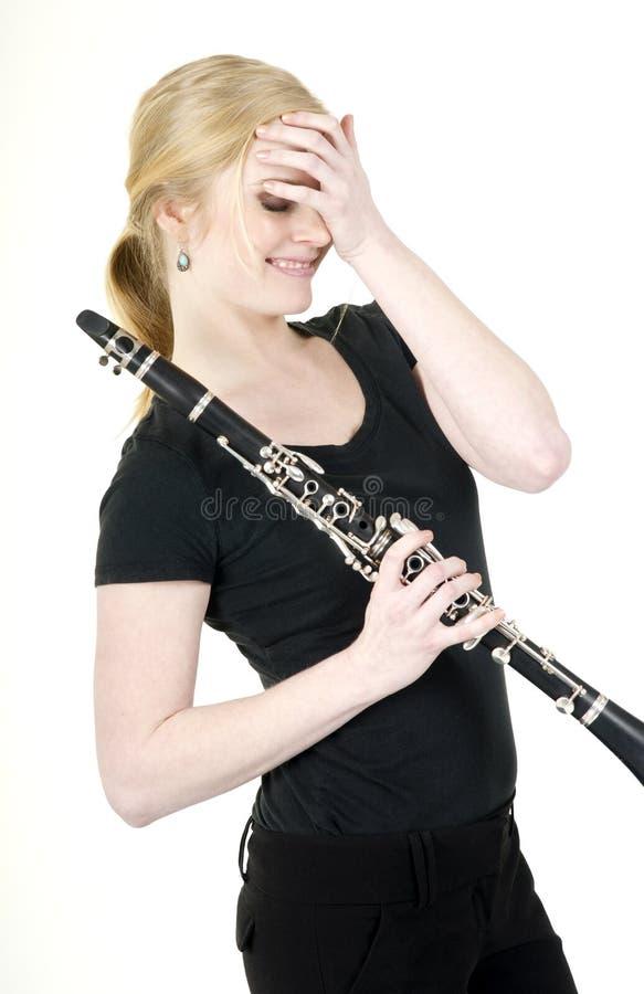 O músico fêmea cora após ter recebido o elogio para a música em Clar foto de stock royalty free