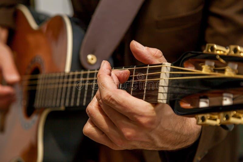 O músico joga o fim da guitarra acima foto de stock royalty free