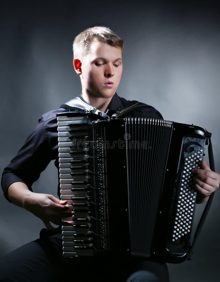 O músico joga o acordeão fotos de stock