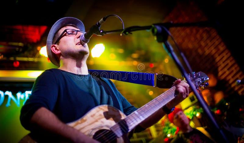 O músico joga uma guitarra fotos de stock royalty free