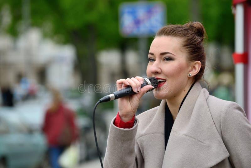 O músico novo canta na rua fotos de stock
