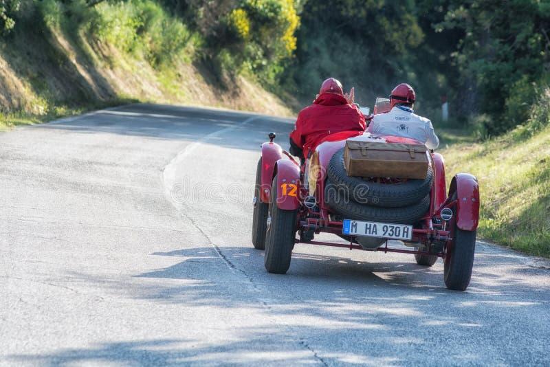 O M. 665 S SUPERBA 2200 1931 su una vecchia vettura da corsa nel raduno Mille Miglia 2018 la corsa storica italiana famosa 1927-1 fotografia stock libera da diritti