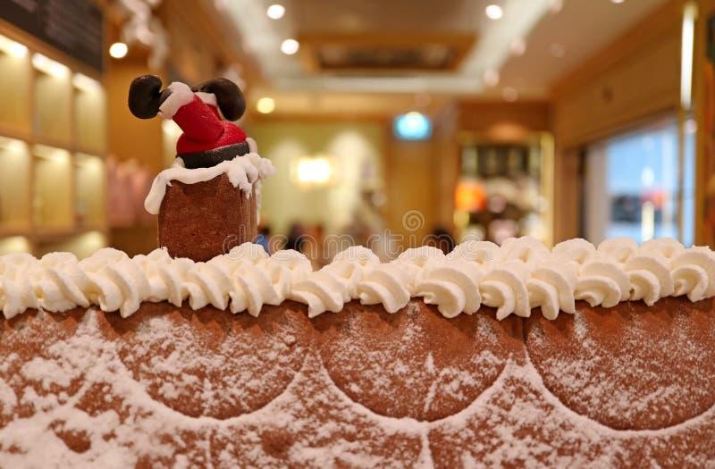 O maçapão ascendente fechado Santa Claus colou na chaminé no telhado do ` s da casa de pão-de-espécie imagens de stock royalty free