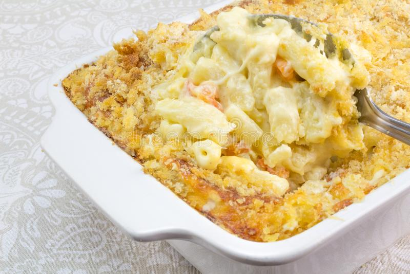 O macarrão, o queijo e o tomate cozem com cobertura da migalha fotografia de stock royalty free
