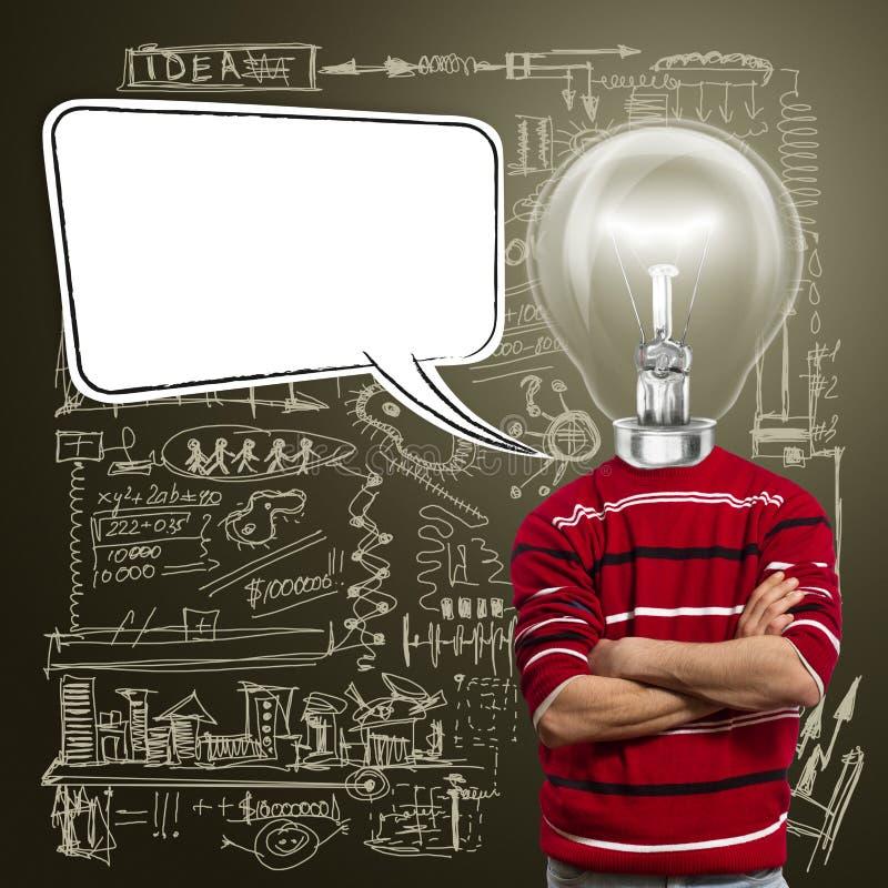 O macho no vermelho e a lâmpada-cabeça com discurso borbulham fotos de stock royalty free
