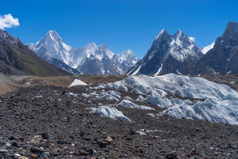 O maciço e a mitra de Gasherbrum repicam, K2 o passeio na montanha, Gilgit Balti fotos de stock