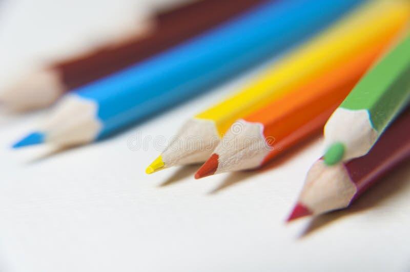 O macro coloriu lápis isolados no branco imagem de stock royalty free