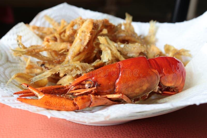 O macro do close-up ferveu os lagostins ou as lagostas e os peixes fritados do lo fotos de stock