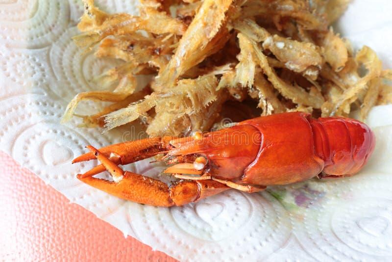 O macro do close-up ferveu os lagostins ou as lagostas e os peixes fritados do lo fotografia de stock
