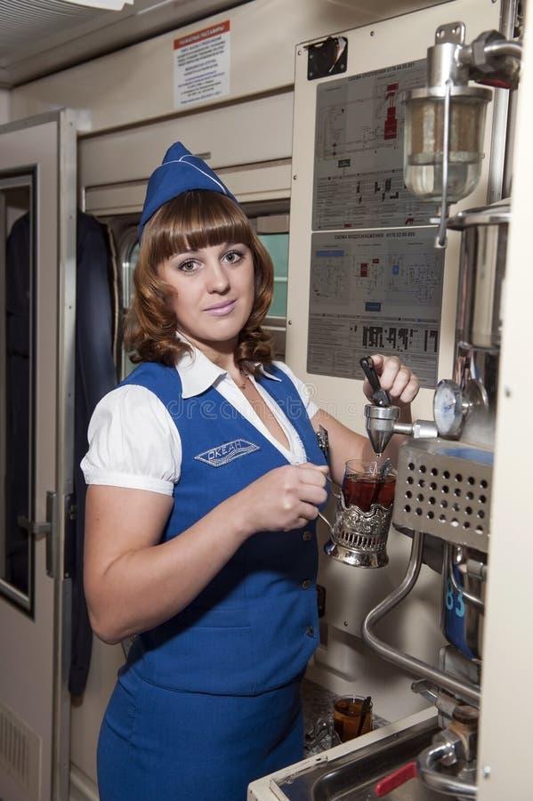 O maestro do trem de passageiros, uma menina encantador nova da aparência europeia imagens de stock