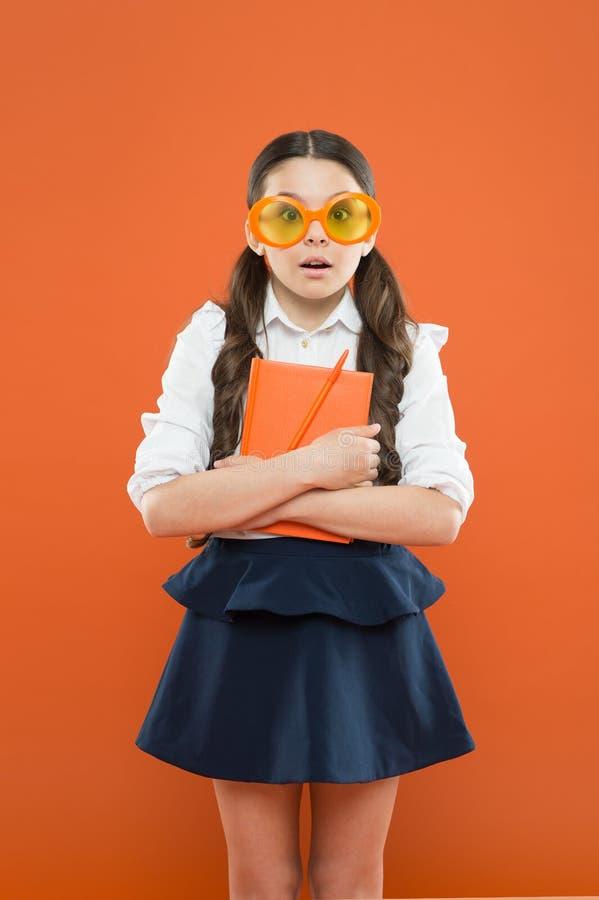 O mais que você conhece que mais você cresce Menina pequena que aprecia seu tempo da escola Estudante pequena feliz pronta para a foto de stock royalty free
