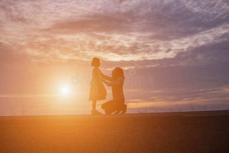 O mais velhos e as irmãs estão felizes olhar o por do sol foto de stock