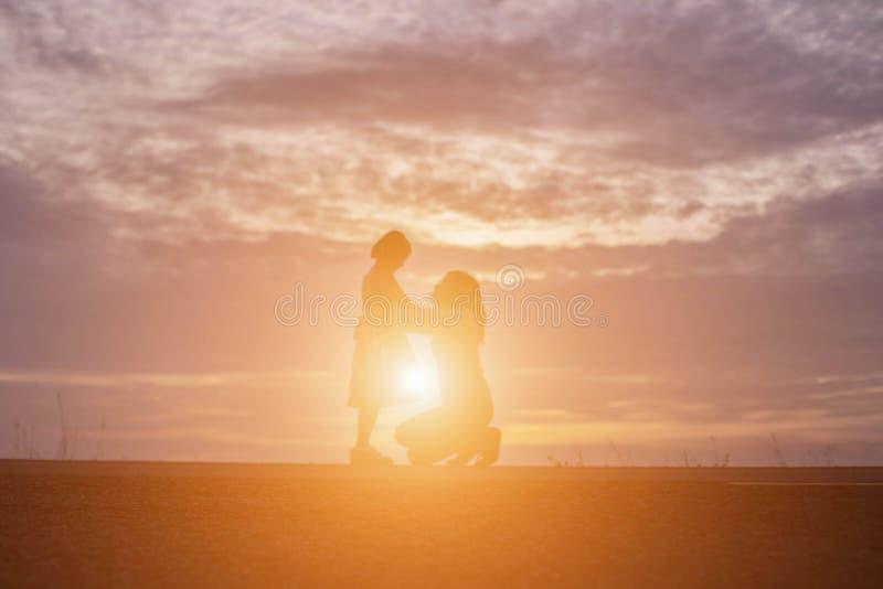 O mais velhos e as irmãs estão felizes olhar o por do sol imagens de stock