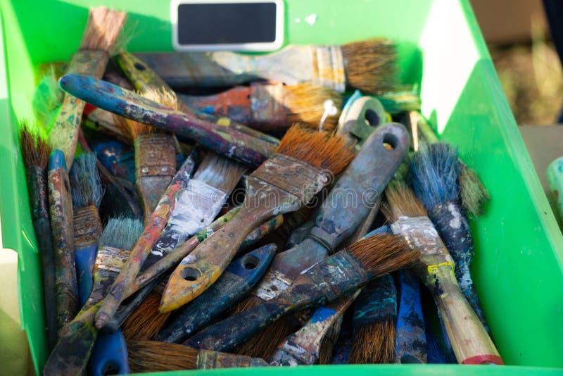 O MALOTE DO ARTISTA DE ESCOVAS DE PINTURA Escovas rústicas do pintor s de vários formas e tamanhos em um malote de couro velho un imagens de stock royalty free