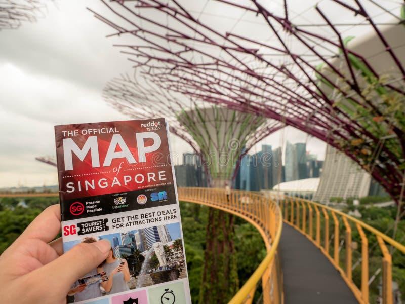 O mapa da terra arrendada do homem de Singapura e do fundo é a vista aérea dos jardins botânicos, jardins da baía na baía sul fotos de stock royalty free