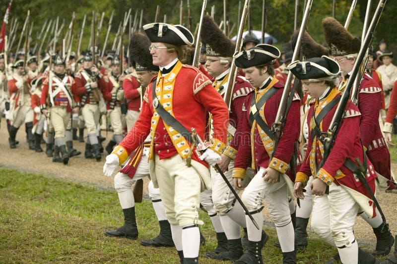 O março britânico para render o campo no 225th aniversário da vitória em Yorktown, um reenactment do cerco de Yorktown, imagens de stock