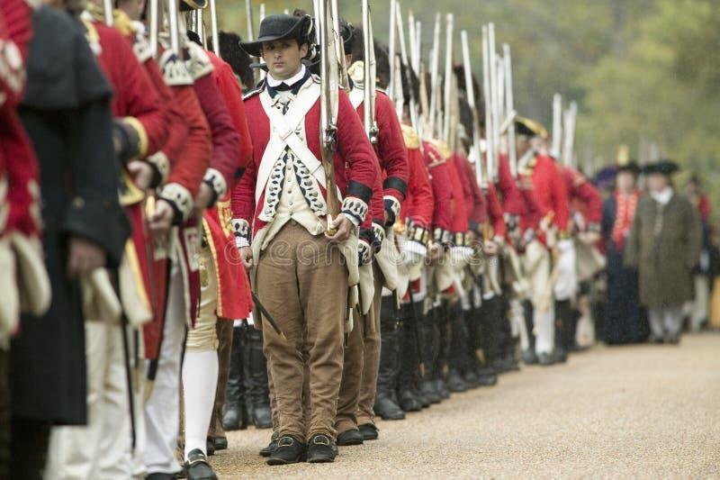 O março britânico para render o campo no 225th aniversário da vitória em Yorktown, um reenactment do cerco de Yorktown, fotografia de stock royalty free