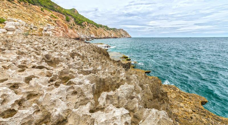 O mar acena deixar de funcionar nas rochas do mar das placas que criam cachoeiras imagens de stock royalty free
