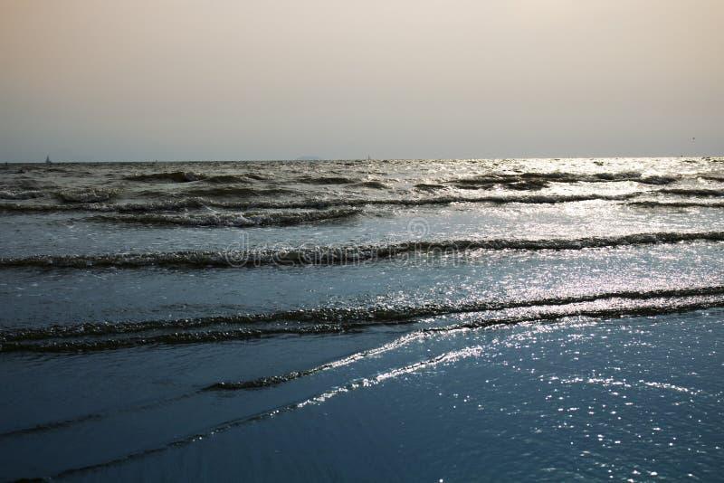 O mar acena na praia na noite foto de stock