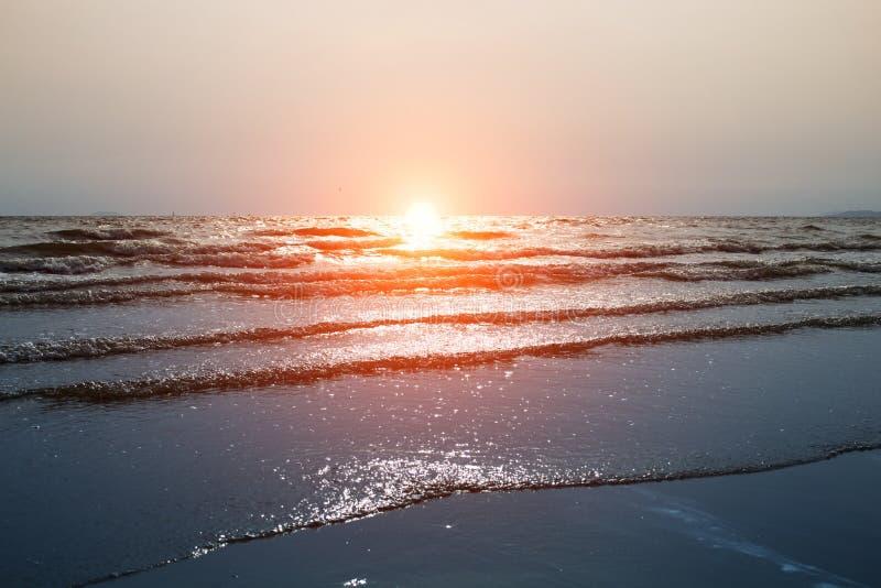 O mar acena na praia na noite imagens de stock royalty free