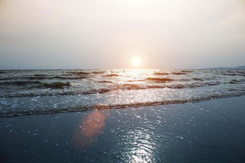 O mar acena na praia na noite imagem de stock