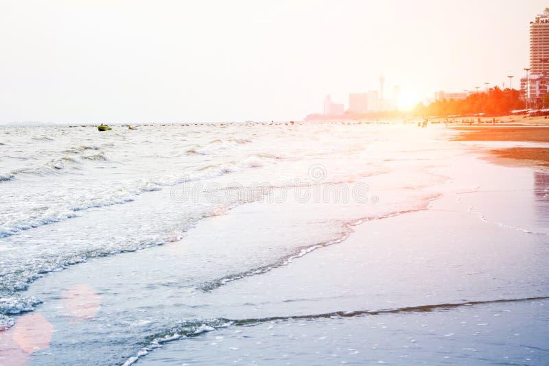 O mar acena na praia na noite imagens de stock