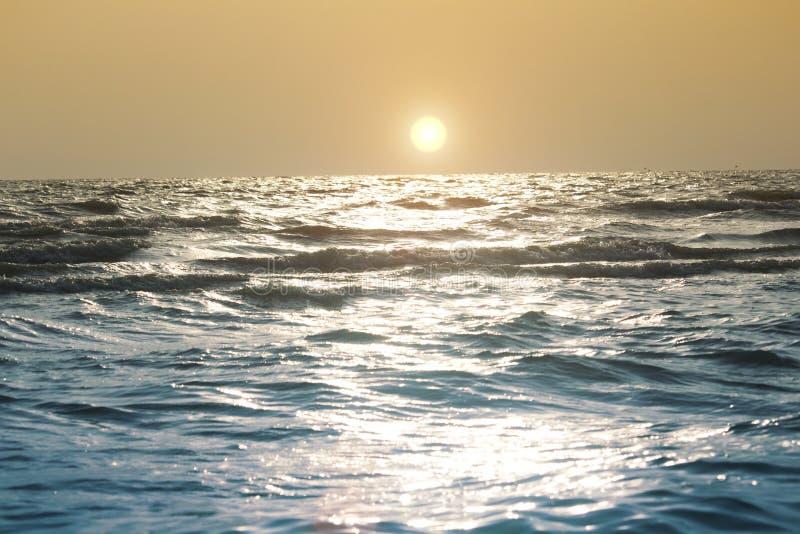 O mar acena na praia na noite imagem de stock royalty free