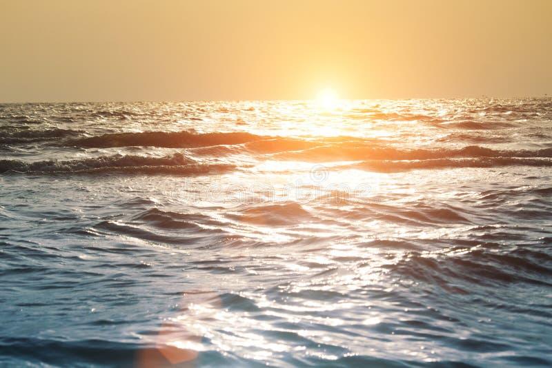 O mar acena na praia na noite fotografia de stock royalty free