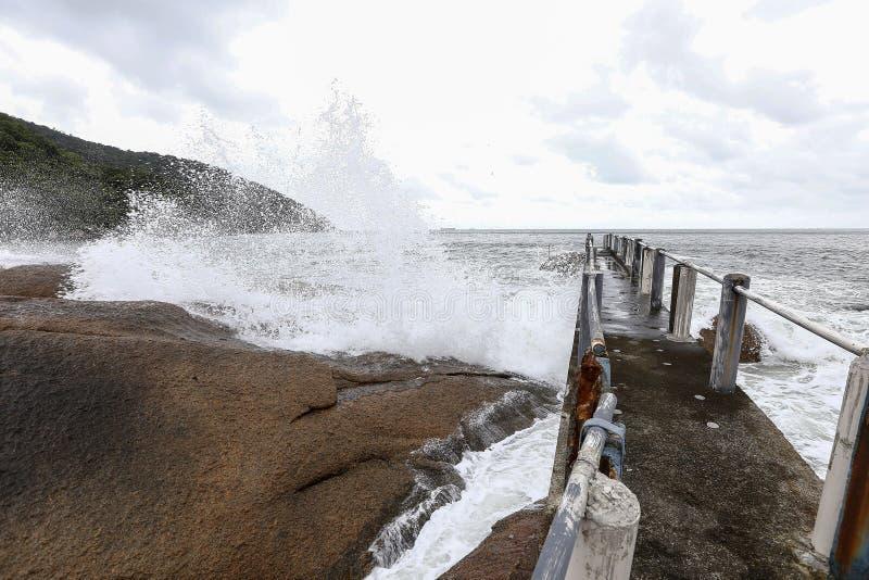 O mar acena nas rochas fotos de stock royalty free