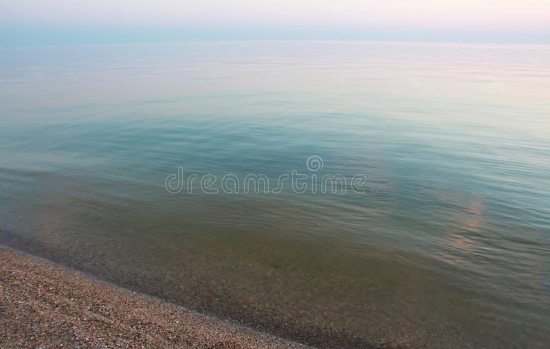 O mar azul calmo no por do sol imagens de stock royalty free