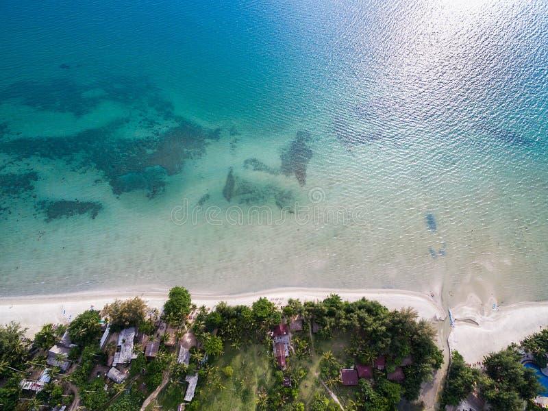 O mar azul e a areia branca encalham em Koh Chang, Tailândia foto de stock