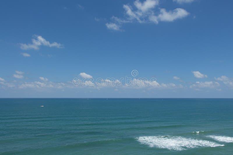 O mar azul sob um céu azul. fotos de stock
