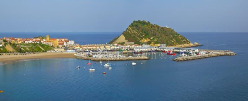 O mar Biscaia e Gipuzkoa costeia no porto de Getaria imagem de stock royalty free