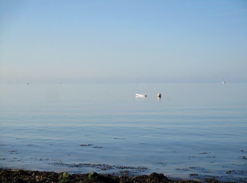 O mar calmo, aberto azul grande fotografia de stock royalty free