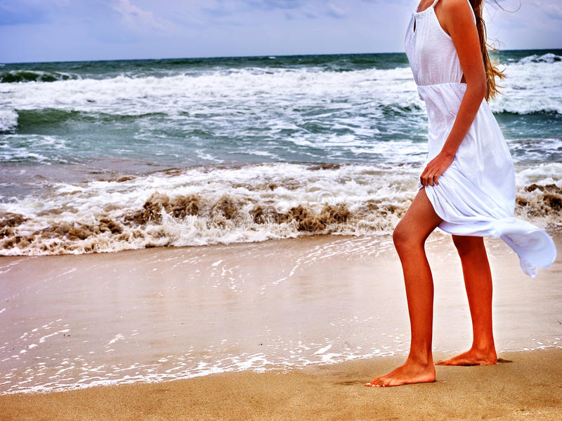 O mar da menina do verão vai na água fotos de stock royalty free