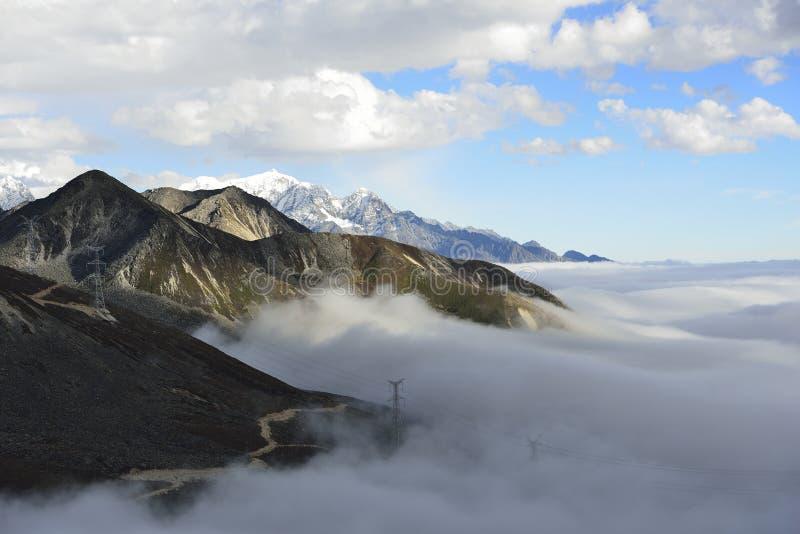 O mar da nuvem da montanha Zheduo imagens de stock royalty free