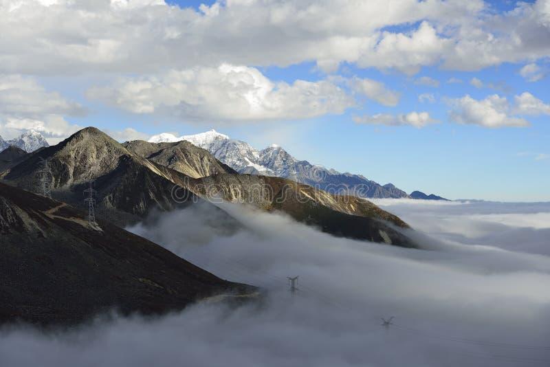 O mar da nuvem da montanha Zheduo foto de stock